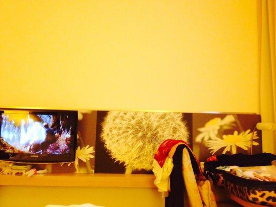 H+ Hotel Zuerich: TV area