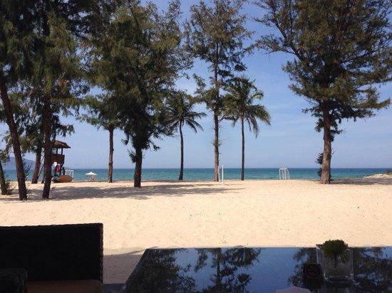 Pullman Danang Beach Resort: From the bar looking towards the sea