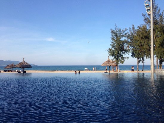 Pullman Danang Beach Resort: The infinity pool looking out towards the sea