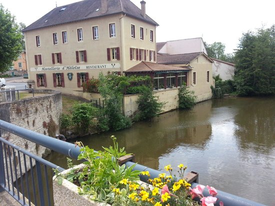 Hostellerie d'Heloise : Le long de la Grosne. ....