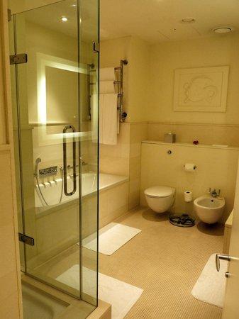 Brown's Hotel: Huge bathroom