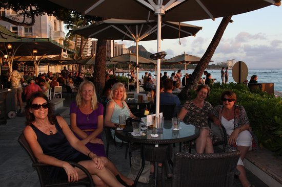 Aston Waikiki Circle Hotel: Moana Surfrider on Waikiki Beach. this was our absolute favourite to have our sundowners!!