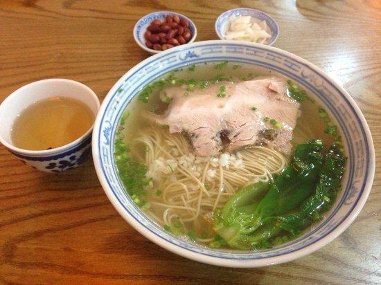 """TongDe Xing : """"舌尖上的中国""""美食—枫镇大肉面,浓郁的汤底里微微的酒香,配上炖的酥而不烂的大肉,好吃。可惜点吃红汤面及小吃,留了遗憾下次再光顾。"""