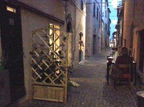 Trattoria Osteria Sara : I tavoli nel vicolo, a sinistra le porte di bagno e cucina
