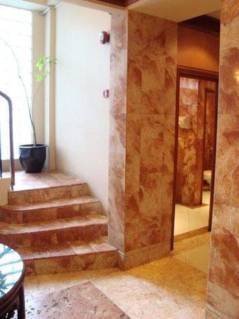 The Jesselton Hotel: lift