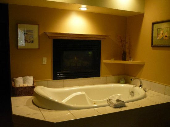 Inn on the Creek: Hot tub with fireplace in our room--the Meadowlark