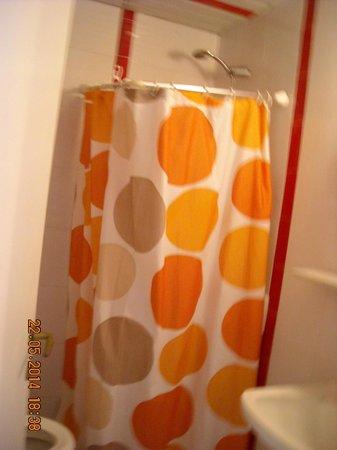 Diamond Apartments: Η κουρτίνα του μπάνιου δίπλα στη λεκάνη