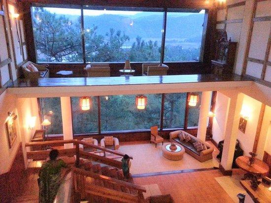 Ri Kynjai: Lobby at night