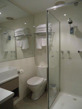 Best Western Plus Travel Inn Hotel: bathroom