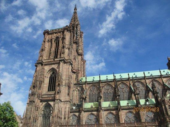 Liebfrauenmünster zu Straßburg (Cathédrale Notre-Dame de Strasbourg): 青空に映える大聖堂