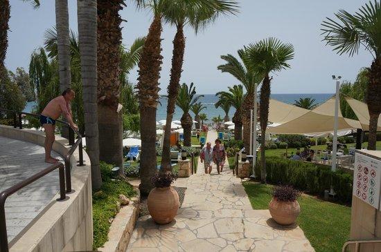 Mediterranean Beach Hotel: Дорога к пляжу
