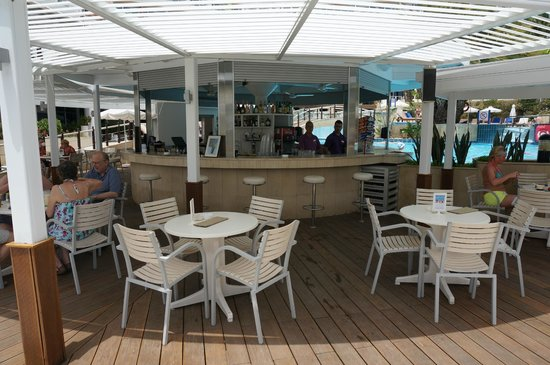 Mediterranean Beach Hotel: Бар у бассейна