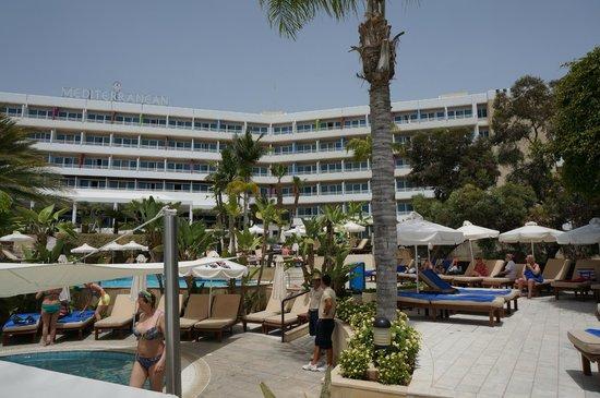 Mediterranean Beach Hotel: Вид с бассейнов на здание отеля