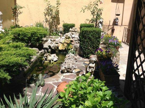Instituto Suore Di Sant' Elizabetta: Back garden area with seating under a small structure shielding from direct sun