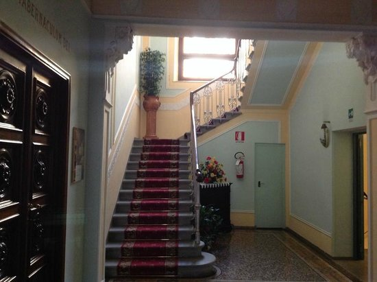 Instituto Suore Di Sant' Elizabetta: Staircase to 2nd floor