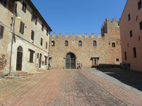 Certaldo Alto la piazza principale che giunge in via Boccaccio l'asse viario principale