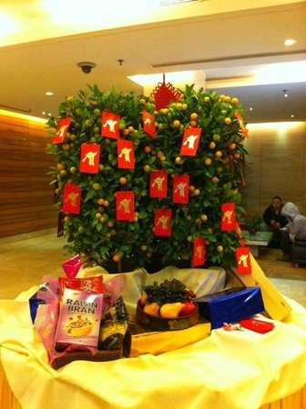 Days Hotel Beijing New Exhibition Center: Happy Chinese Year Tree in the lobby welcoming guests