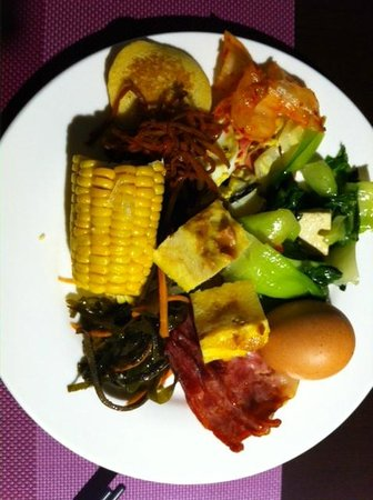 Days Hotel Beijing New Exhibition Center: my plate of various delicious food