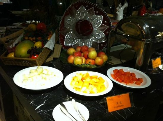 Days Hotel Beijing New Exhibition Center: fruits in the hotel's restaurant for buffet breakfast