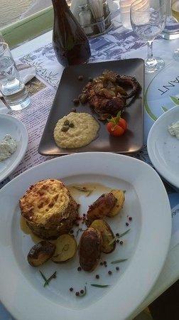 Athermi Restaurant Bar: Octopus mit Fava (oben) und Moussaka (unten)