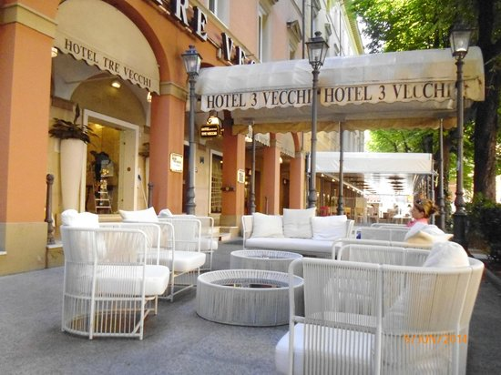 Zanhotel Tre Vecchi : seating area outside hotel