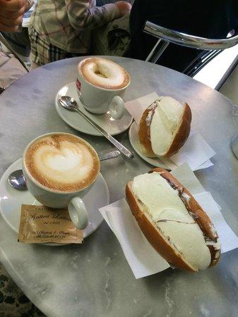 Antica Latteria: Brioche con panna e cappuccino