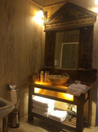 Gamirasu Cave Hotel: Bathroom in our suite