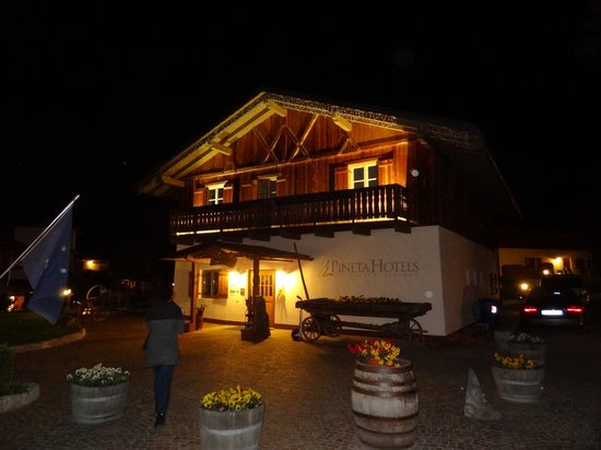 Pineta Naturamente Hotels: Pineta hotel reception at night