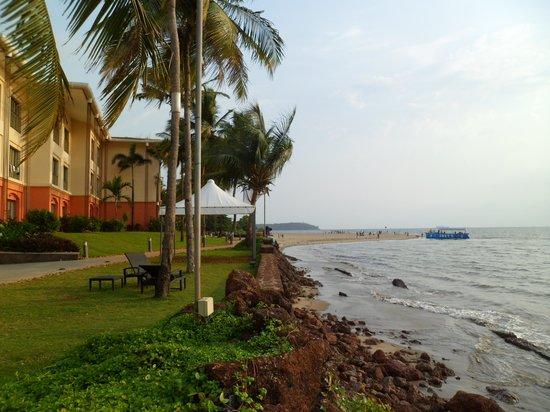 Goa Marriott Resort & Spa: Walkway along with water