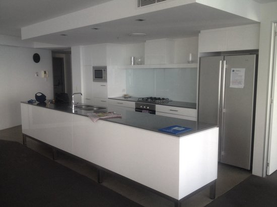 Q1 Resort and Spa: Kitchen in sub penthouse 6202