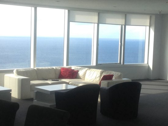 Q1 Resort and Spa: Lounge room in sub penthouse 6202