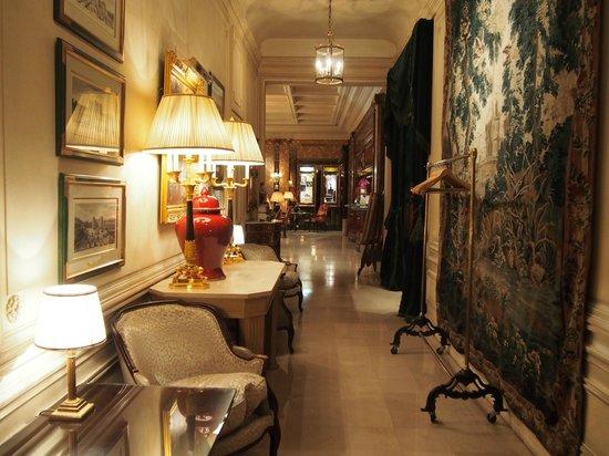 Hotel Westminster: ロビーから朝食会場へ向かう回廊。アンティーク。