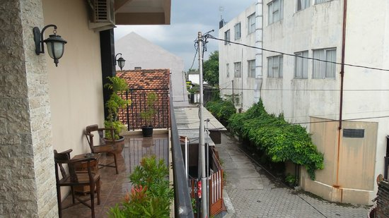 Oasis Hotel Jogja: Day time at the terrace