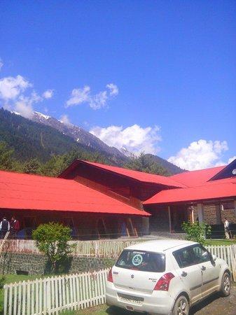 Hotel Senator Pine-n-Peak Pahalgam: Entrance to our wonderful stay.