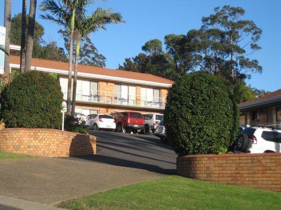 Ocean View Motor Inn: Driveway