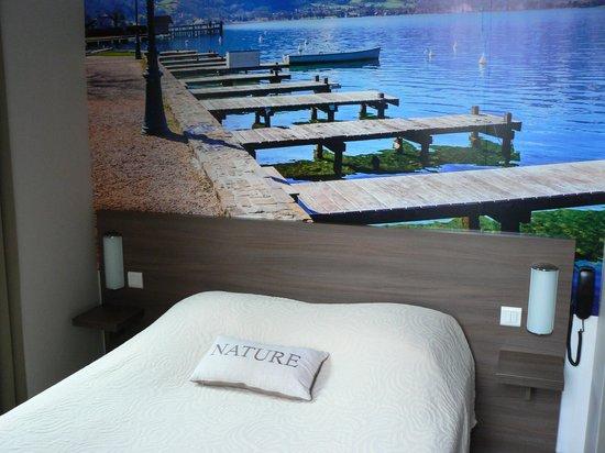 Atipik Hôtel Alexandra : Queensize bed with photo wall paper