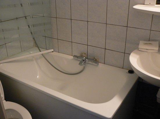 Atipik Hôtel Alexandra : Small bathroom