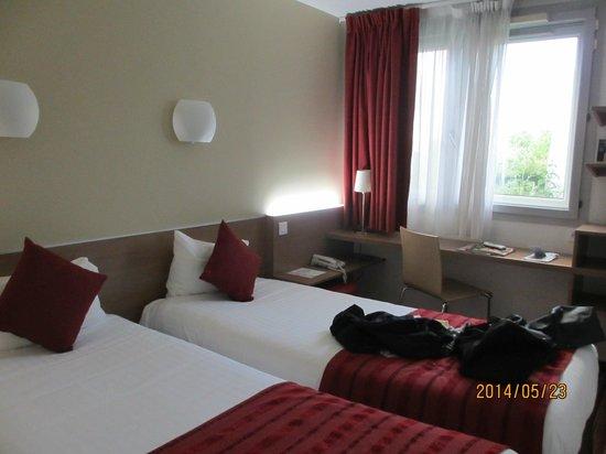 Kyriad Hotel Paris Bercy Village : 狭いからテレビは壁にポットやグラスは立体的に棚に収納