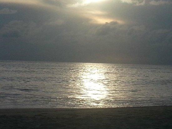 Thanthip Beach Resort : Ах! эти закаты... Ох! эти рассветы...