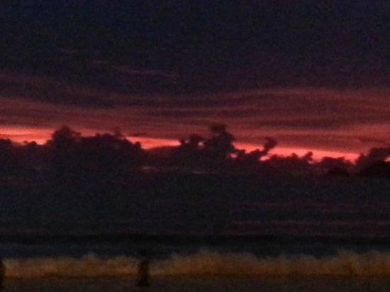 Thanthip Beach Resort : Небо красно вечером - моряку боятся нечего!)
