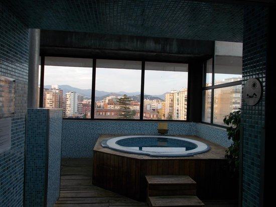 Hotel Silken Puerta Malaga: city view hot tub