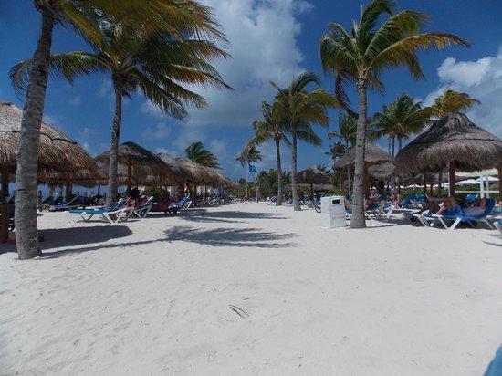Ocean Maya Royale: Relaxing beach