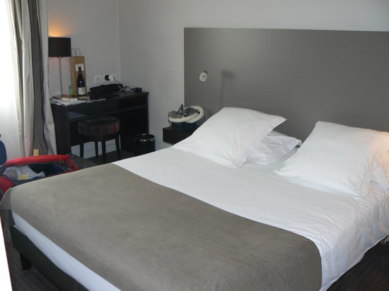 Hotel Ronsard: Comfortable bed