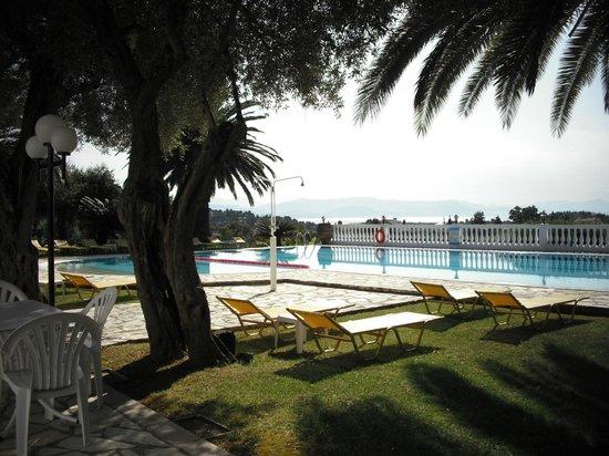 Paradise Hotel Corfu: Ein Pool mit fantastischer Aussicht