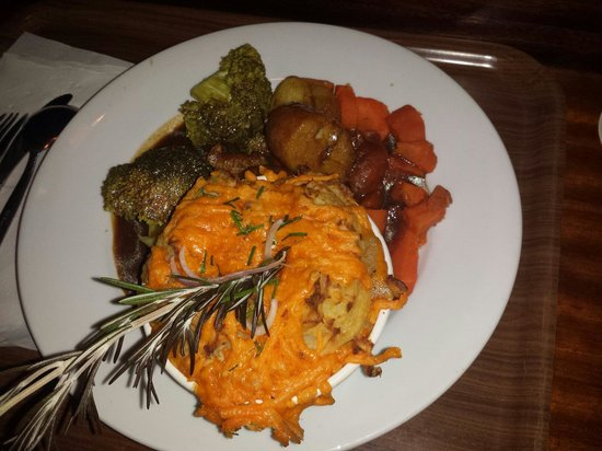 O'Neills Victorian Pub & Townhouse: Shepherd's pie with broccoli florets and carrots