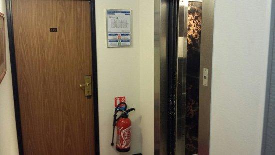 Hotel Restaurant Les Clairions: Première chambre petite, male insonorisée et collée a l'ascenseur...