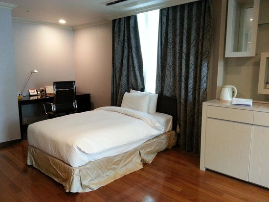 Ramada Hotel and Suites Seoul Namdaemun : first bed in living room