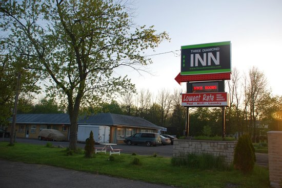 Three Diamond Inn: new sign
