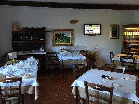 Agriturismo Al Vecchio Biroccio: Speisesaal mit TV