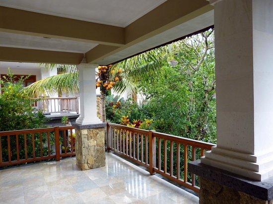 Sri Ratih Cottages : Große Terrasse